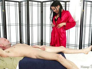 Порно красотка сосет