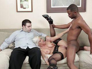 Невероятно черный член трахает мою жену